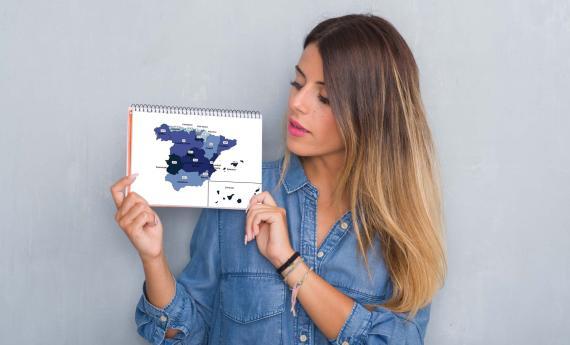 Joven mostrando un mapa de España