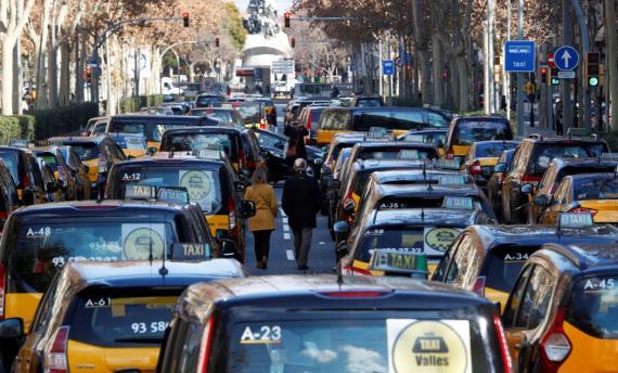 Taxis bloquean la Gran Vía de Barcelona en una protesta contra la regulación de los VTC, el 19 de enero de 2019.