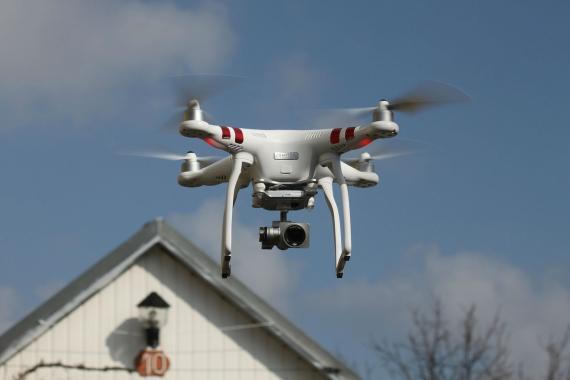 Un dron con una cámara de vigilancia.