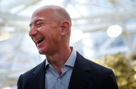 El fundador y CEO de Amazon, Jeff Bezos, se ríe mientras habla con los medios durante la gran inauguración de las oficinas centrales de Amazon en Seattle, Washington, EE. UU., 29 de enero de 2018.