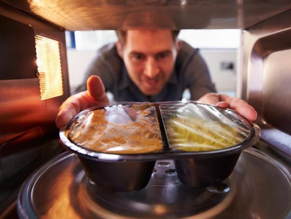 Cualquier cosa hecha de goma, plástico o poliestireno no se puede meter en un microondas