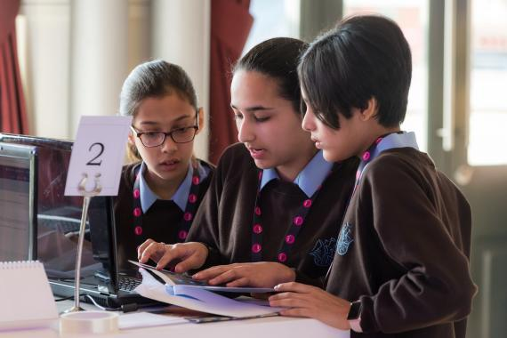 Un grupo de niñas trabaja en la final de la competición CyberFirst Girls.