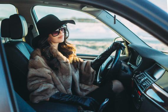 Conducir un coche con el abrigo puesto