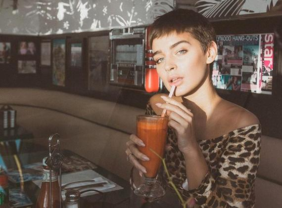 Una fotografía subida por la influencer Laura Escanes a Instagram vistiendo las prendas de Neon Club.