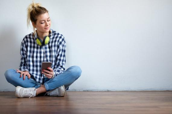 Una mujer utilizando su smartphone