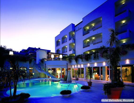 La piscina está iluminada para que los clientes puedan nadar por la noche.