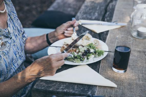 mujer comiendo - comida- ensalada