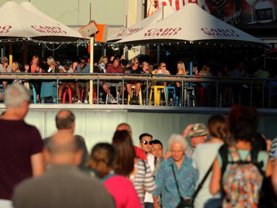 """Los visitantes llenan Las Vegas Boulevard, también conocido como """"The Strip""""."""