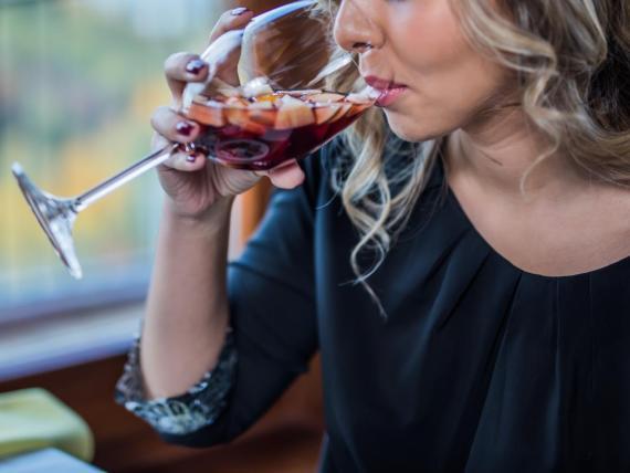 Bebes demasiado vino o alcohol.