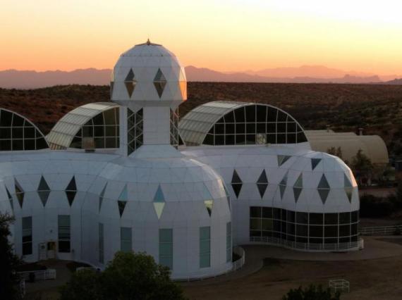 Biosphere 2 hospedó una tripulación de 8 personas durante 2 años.