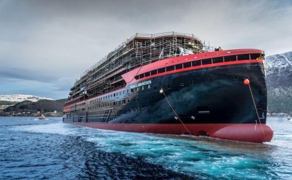 El MS Roald Amundsen, de Hurtigruten, prueba con éxito su tecnología sostenible para navegar.