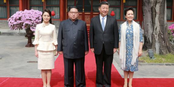 El líder de Corea del Norte, Kim Jong Un, y su mujer, Ri Sol Ju, posan con el presidente chino, Xi Jinping, y su mujer, Peng Liyuan, en Pekín, China.