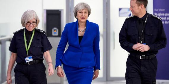 Theresa May en un encuentro con trabajadores de la Fuerza Fronteriza.