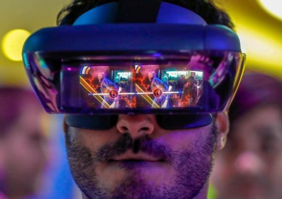 Un asistente prueba unas gafas de realidad aumentada de Lenovo en el Mobile World Congress en Barcelona en 2018.