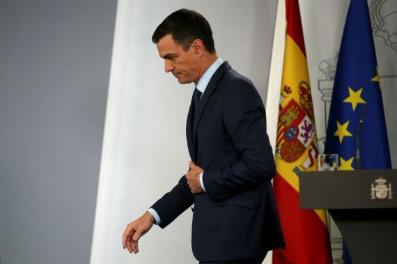 Pedro Sánchez, saliendo de una rueda de prensa
