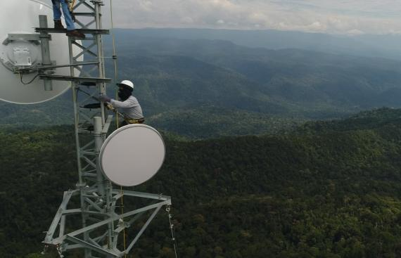 Un montaje de una torre de telefonía.