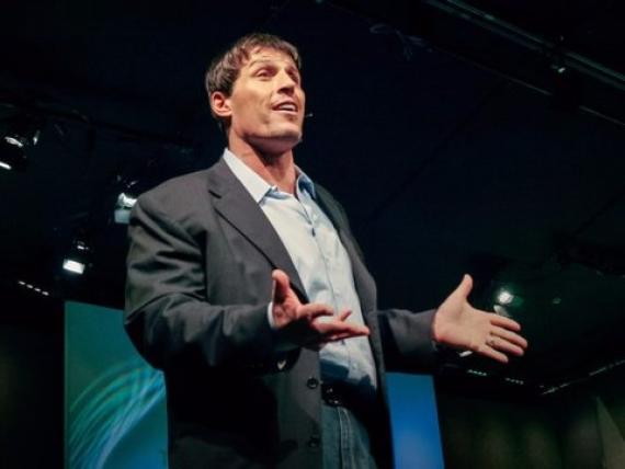 El coach Tony Robbins da una TED Talk