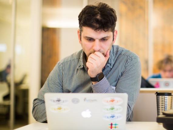 Un hombre ante un ordenador.