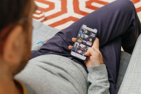 Un hombre mira su app de Instagram en su smartphone.