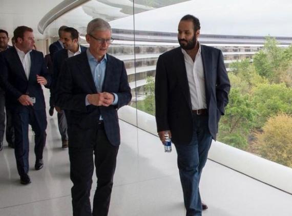 El CEO de Apple, Tim Cook, y Bin Salman, el Príncipe heredero de Arabia Saudí.
