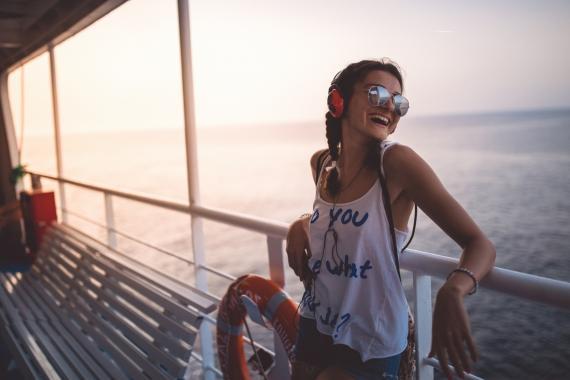 Chica música crucero