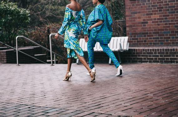 Chicas caminando ropa moda