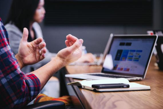 estudiantes - reunión-ordenador