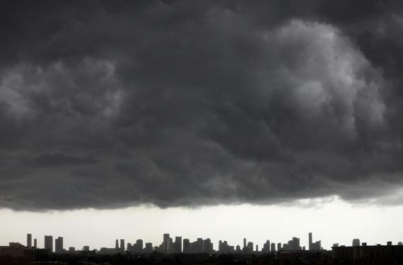 Nubes oscuras sobre el centro de Miami.