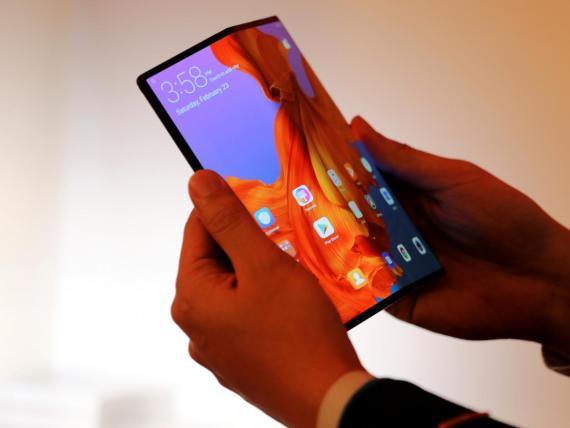 Los empleados de Huawei mostraron el teléfono plegable a los medios.