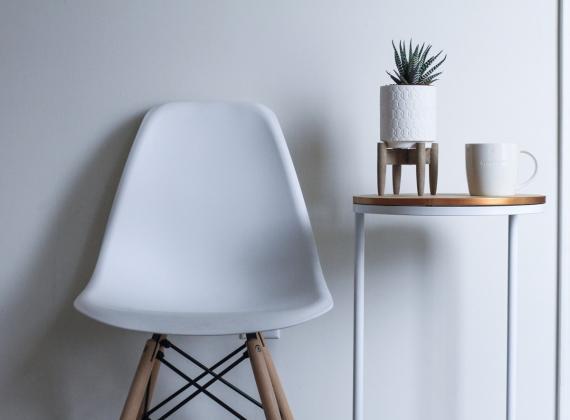 silla y mesa estilo escandinavo