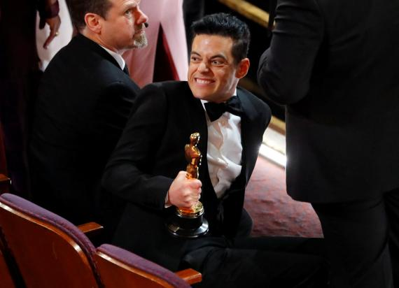 El actor Rami Male sufrió una caída al bajar del escenario después de recoger su Oscar como mejor actor.