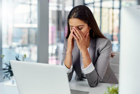 Una mujer mira preocupada el ordenador.
