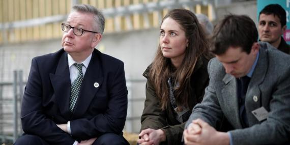 El ministro británico de Medio Ambiente, Michael Gove (izquierda).