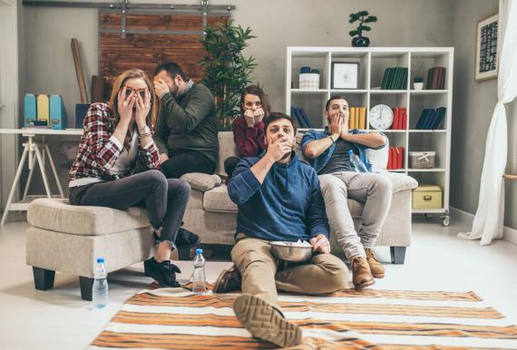 Un grupo de jóvenes viendo la televisión en el sofá