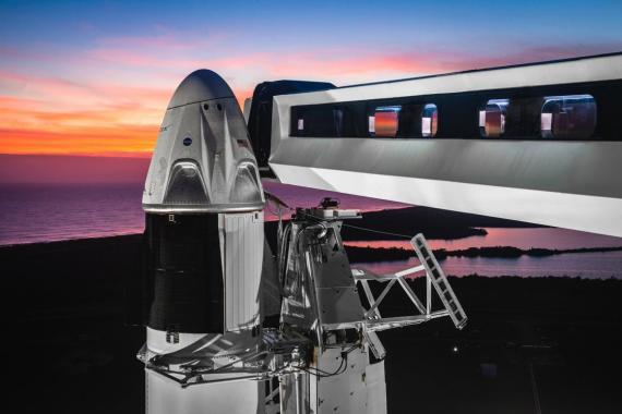 Vista de la cápsula Crew Dragon de SpaceX sobre un cohete Falcon 9 en Cabo Cañaveral, Florida.