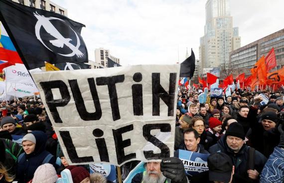 La gente grita consignas durante un mitin para protestar contra el control estatal sobre internet en Moscú (Rusia) este 10 de marzo de 2019.