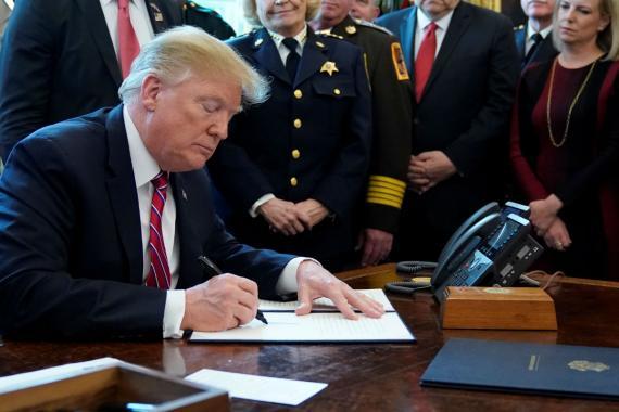 Donald Trump firma el veto al rechazo del Congreso a su ley de emergencia nacional.