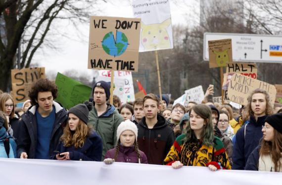 La activista sueca Greta Thunberg, de 16 años de edad, participa en una protesta para pedir medidas urgentes para combatir el cambio climático, en Hamburgo.