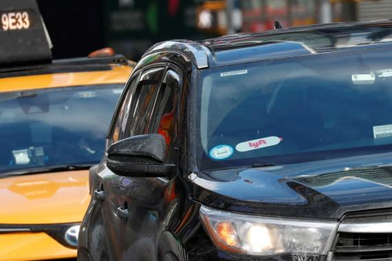 Un vehículo VTC con el logo de Lyft en Manhattan, Nueva York.