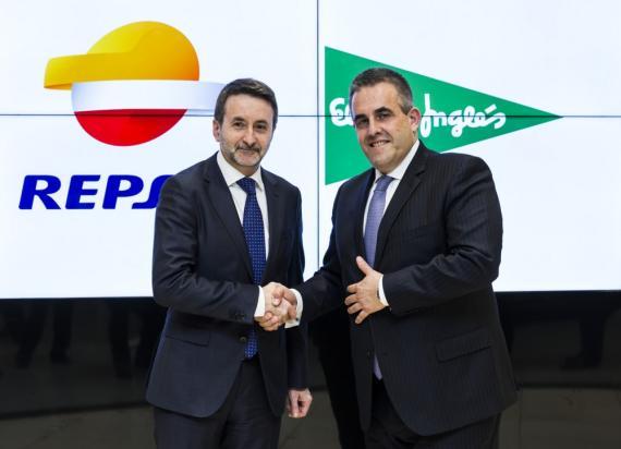 Los Consejeros Delegados de Repsol y El Corte Inglés, Josu Jon Imaz y Víctor del Pozo, respectivamente, tras la firma del acuerdo.
