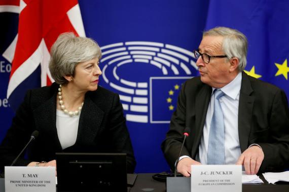Theresa May y Jean-Claude Juncker..