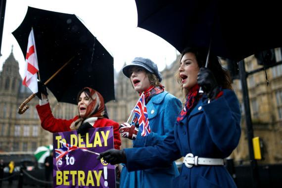 Tres mujeres protestan ante la posibilidad de posponer el Brexit.