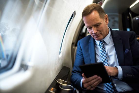 Un inversor en un jet privado.