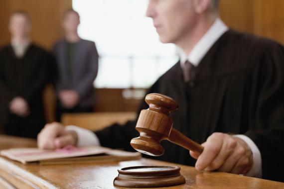 Un juez golpea su mazo