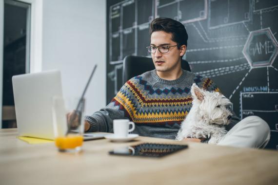 Un trabajador con su perro.