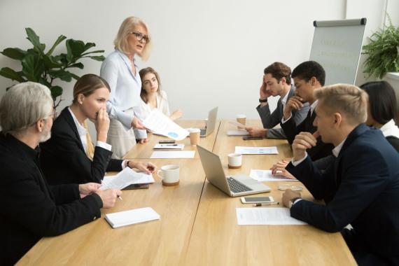 Una directiva en una reunión.