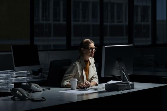 Una mujer trabajando de noche.