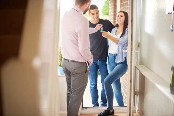Dos jóvenes recogen las llaves de su nueva casa