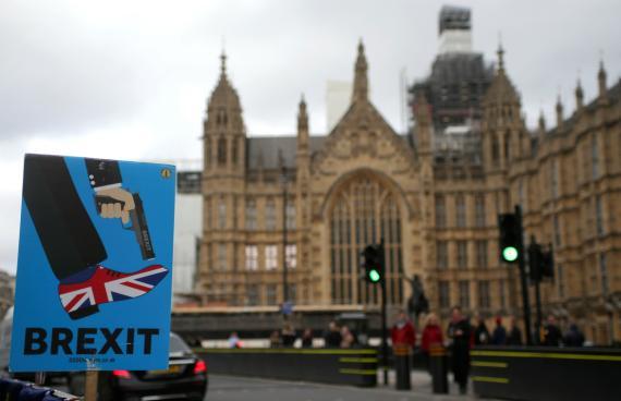Un cartel anti Brexit frente a las Casas del Parlamento Británico.