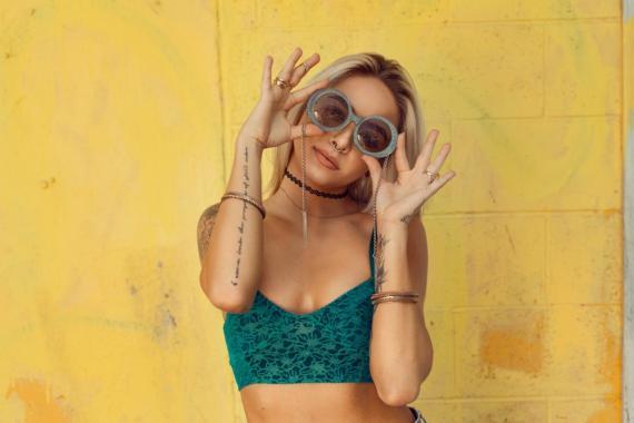 Chica gafas top verde moda